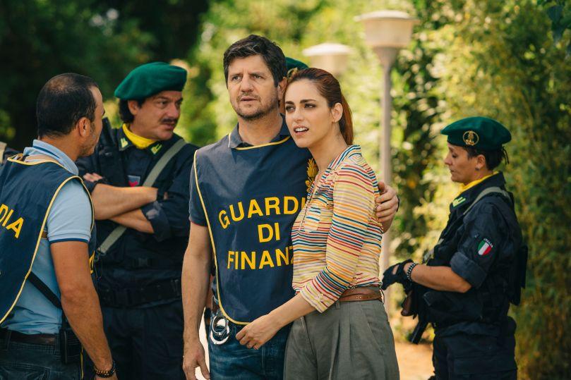 Zajímavost  Komedii natočil v roce 2018 režisér Giancarlo Fontana, v hlavních rolích se jako Claudie představuje Miriam Leone a Fabio De Luigi jako její obdivovatel i vyšetřovatel Simon. Německou babičku, kolem níž a jejího důchodu se vše točí, si zahrála Barbara Bouchet, původem sudetská Němka z Liberce.