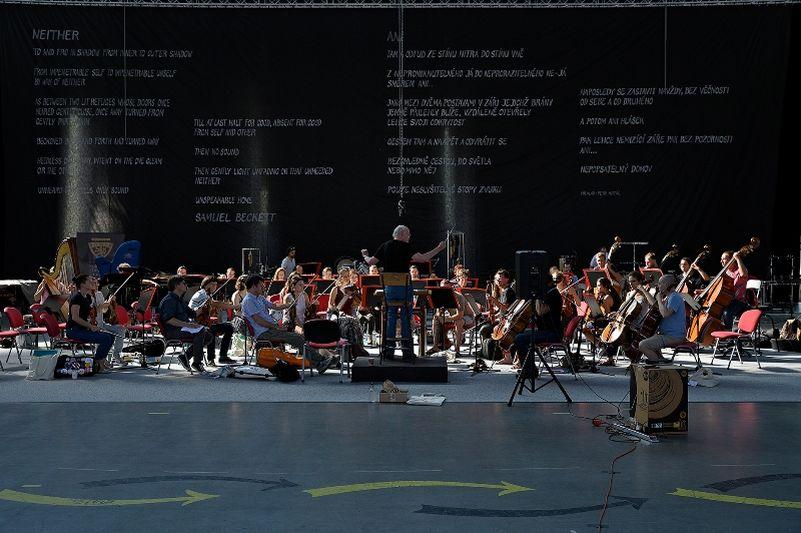ONO - Ostrava New Orchestra s dirigentem Johannesem Kalitzkem v Trojhalí Karolina Foto: Martin Popelář/Ostravské centrum nové hudby, oficiální zdroj
